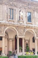 middeleeuws standbeeld in mercanti plein in milaan foto