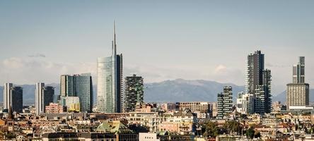milano (italië), skyline met nieuwe wolkenkrabbers foto