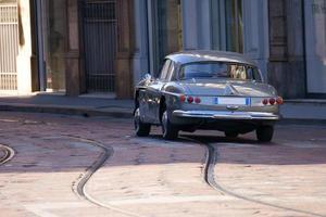 auto rijden in het centrum van Milaan foto