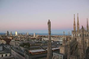 uitzicht op Milaan vanaf de duomo in de avond. v.5. foto