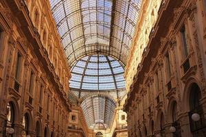 glazen dak van victor emanuel winkelgalerij in milaan. foto