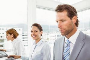 mensen uit het bedrijfsleven in office foto