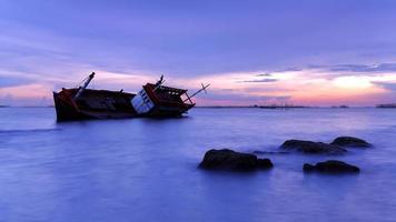 schipbreuk geleden bij zonsondergang