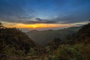 zonsondergang over berg foto