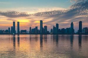 zonsondergang verlichte stad foto