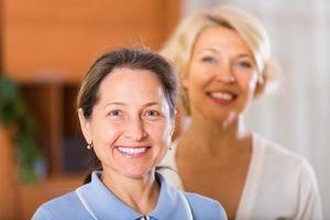 portret van vrouwelijke gepensioneerden binnen
