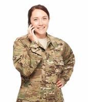 vrouwelijke soldaat op mobiele telefoon. foto