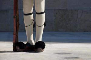 benen en geweer van de Griekse presidentiële wacht foto