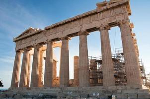 het parthenon op de athenische acropolis in athene, griekenland. foto