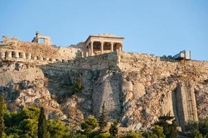 athenische acropolis gezien vanaf de oude agora in athene, griekenland foto