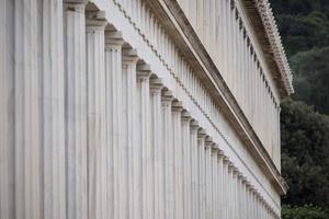 buitenkant van marmeren stoa van attalos colonnade foto