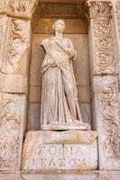 standbeeld in ephesus bibliotheek foto