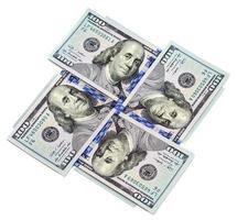vier honderd-dollarbiljetten geïsoleerd op een witte achtergrond