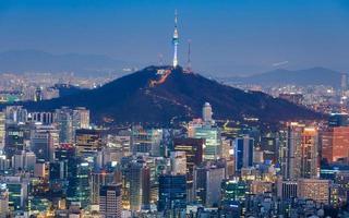 seoul toren en de skyline van het centrum in seoul, zuid-korea foto