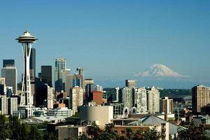 Seattle van Queen Anne met Space Needle en Mt. regenachtiger foto