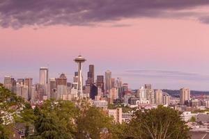 seattle skyline panorama bij zonsondergang gezien vanaf kerry park foto