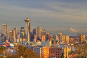 het centrum van Seattle en de ruimte naald, mount regenachtiger bij zonsondergang foto