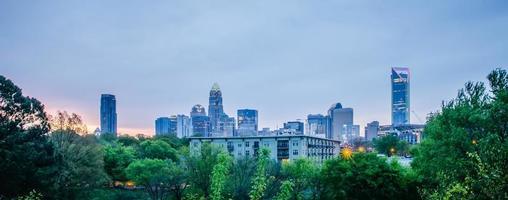 vroege bewolkte ochtend over de skyline van Charlotte in Noord-Carolina foto