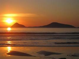 zonsondergang en eiland foto