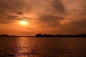zonsondergang aan zee foto