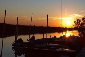 marano lagunare bij zonsondergang foto