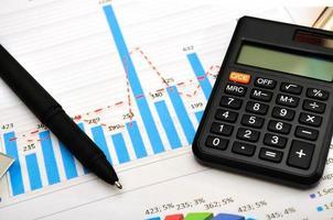 financiële papieren grafieken en grafieken foto