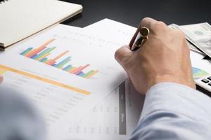 man analyse zakelijke en financiële rapport. foto