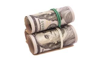 dollar bankbiljetten rollen geïsoleerd op een witte achtergrond foto