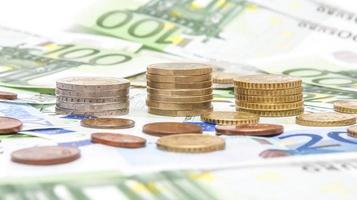 geld euromunten en bankbiljetten foto