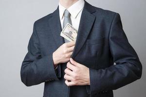 zakenman met geld in studio foto