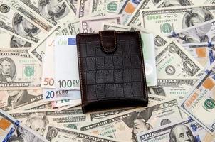 portemonnee met geld als achtergrond foto