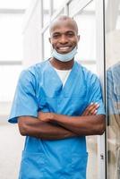 jonge en succesvolle chirurg. foto