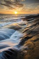zonsondergang aan de kust foto