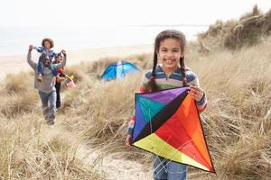 familie plezier met kite in zandduinen foto