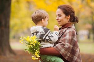 moeder en zoon in herfst park foto