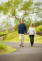 volwassen middelbare leeftijd verliefde paar wandelen foto