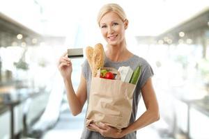 winkelen met kaart bij supermarkt foto