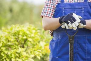 buik van tuinman bedrijf spade in kwekerij