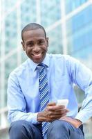 zakenman met behulp van zijn smartphone foto