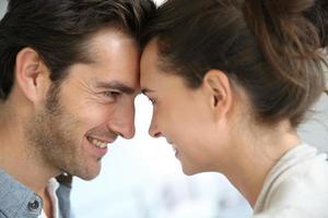 man en vrouw in de ogen kijken foto