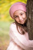 schattig klein meisje buitenshuis op mooie herfstdag