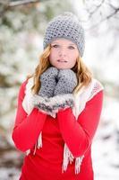 peinzende mittened vrouw in de sneeuw foto