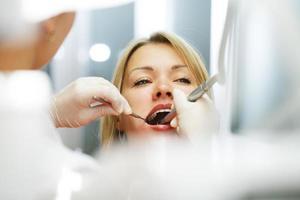 bij de tandarts. foto