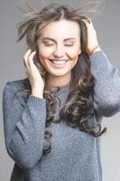 positieve lachende blanke brunette vrouw