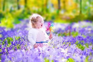 klein meisje in een voorjaar bos foto