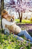 portret van een vrouw met haar hond buitenshuis foto