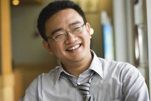 gelukkig Aziatische werknemer foto