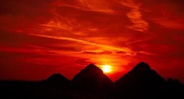 zonsondergang op piramides foto