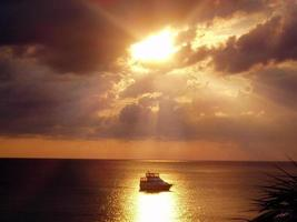 zonsondergang met boot foto