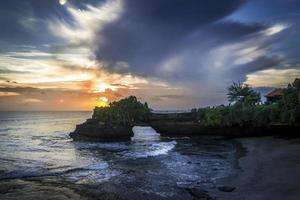 zonsondergang bij Tanah lot foto
